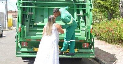 Crónica / Pareja eligió un camión de basura para fotoskis
