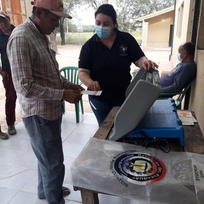 Comunidades indígenas de Puerto Pinasco practican con las máquinas de votación