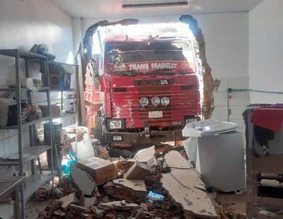 Tractocamión con el motor apagado y sin chofer cruza Ruta PY10 y se estrella contra edificación – Diario TNPRESS