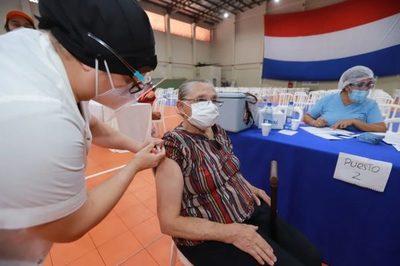 Cuestionan inacción del Gobierno para optimizar vacunación contra el Covid