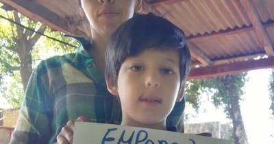 La Nación / Niño monta un puesto de venta de empanadas para recaudar fondos pro cirugía