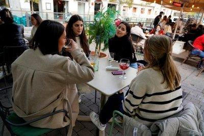 España permitirá la apertura de bares y discotecas en las regiones con pocos contagios