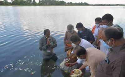¡Conmovedor! Despidieron cenizas de miles de víctimas del Covid-19 en río de India