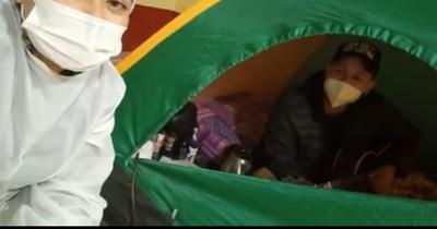 La Nación / Enfermera llevó serenata a familiares de pacientes internados en el distrito de Natalio
