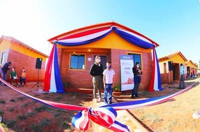 Presidente Mario Abdo entregó 40 viviendas a familias en Caaguazú