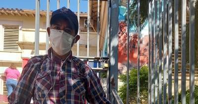 La Nación / Hombre se encadena a Salud Pública por una cama de terapia para su padre