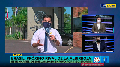 Pedro Torres con el informe de la Albirroja