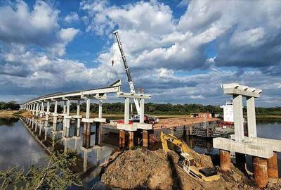 Inició el montaje de últimas vigas del puente sobre el río Tebicuary en Ñeembucú