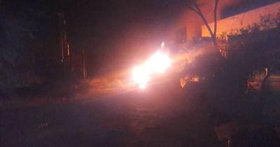La Nación / Incendian tractor para evitar demolición