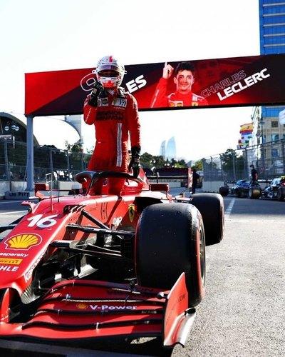 Déjà vu para Leclerc: Pole en Bakú con bandera roja en el final