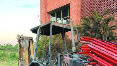 Quemaron tractor que trabajaba en la demolición del Cerro Corá