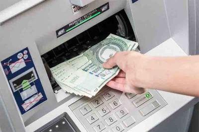 Suba del salario mínimo no debe beneficiar a un solo sector, dice economista