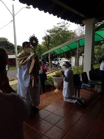 Bendición con el Santísimo Sacramento a los enfermos y fieles de San Ignacio