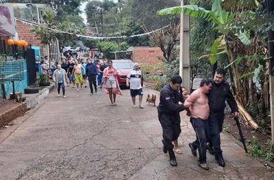 Vecinos capturan hombre acusado de matar a su hijastro
