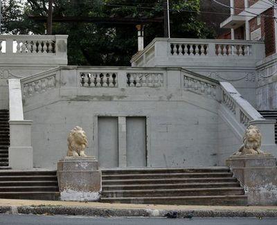 Volvieron los custodios: Leones de la escalinata fueron restaurados