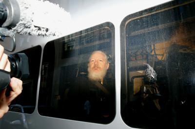 Julián Assange detenido en Londres.