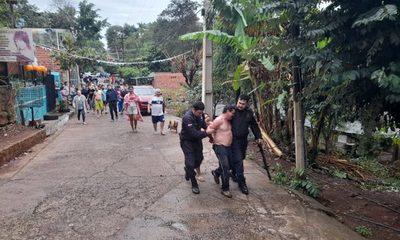 Vecinos atrapan a hombre que mató a su hijastro