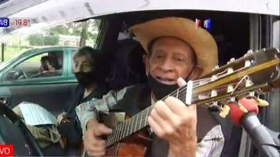 Llevó su guitarra al vacunatorio y cantó desde el coche