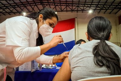 Profesional insta a no caer en noticias falsas y acudir a los centros de vacunación