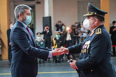 Mario Abdo entregó Bastón de Mando al Comandante de la Policía Nacional