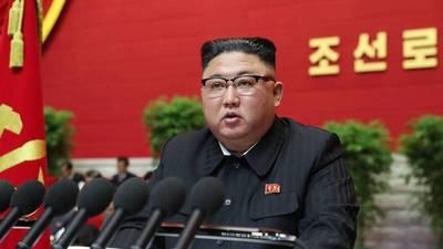 """Corea del Norte prohíbe 15 peinados """"no socialistas"""" y los vaqueros ajustados"""