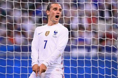 Griezmann adorna la victoria francesa empañada por el susto de Benzema