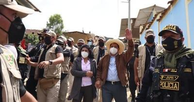 La Nación / Perú: Castillo sigue adelante en escrutinio