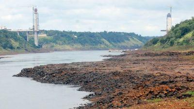 Río Paraná: Bajante de 13 m aguas abajo de la central Itaipú
