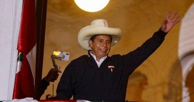 La Nación / Castillo amplía ventaja contra Fujimori y se proclama ganador