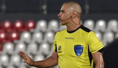 El capitán de Chile, Claudio Bravo, dispara contra Éber Aquino