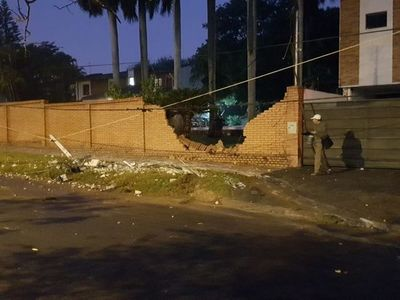 Vuelca tras derrumbar una muralla sobre la avenida Perón