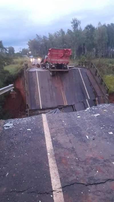 Dos muertos y una desaparecida por caída de puente en San Pedro