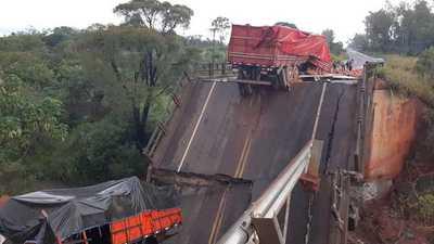 Dos fallecidos y una mujer desaparecida tras caída de un puente