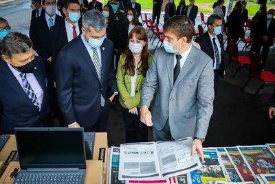 Para reforzar educación a distancia: Gobierno entrega nuevos equipos y materiales impresos para estudiantes