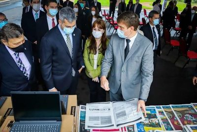 Gobierno entrega nuevos equipos y materiales impresos para reforzar la educación a distancia
