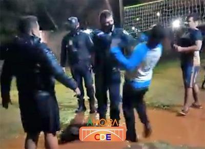 VANDALOS que generaban POLUCION SONORA se tomaron a TROMPADAS con policías