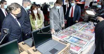 La Nación / Gobierno entrega equipos y 600.000 materiales impresos para estudiantes