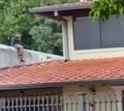 Intentaron escapar de la Policía trepando casas