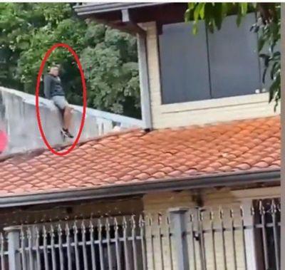 ¿El ladrón araña? Un joven trepó murallas para intentar escapar de la policía