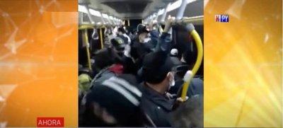 ¡Como ganado! Así viajan peligrosamente pasajeros del transporte público
