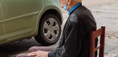 Indolencia total: Abandonan en la calle con maleta y todo a un anciano