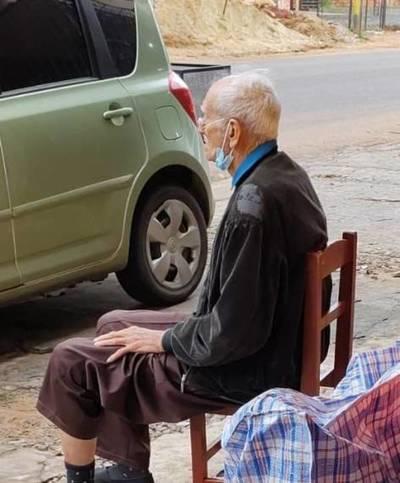Abandonan a un anciano de 79 años en la vía pública en Fernando de la Mora