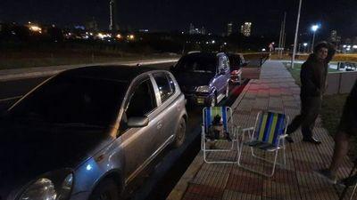 Pésima gestión de Abdo obliga a la gente a dormir en la calle por una vacuna