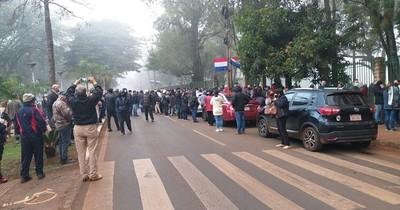 La Nación / Unas mil personas amanecieron frente a la Gobernación esperando vacunarse