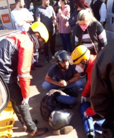 Motociclista brasileño quedó con fractura tras colisionar por una camioneta