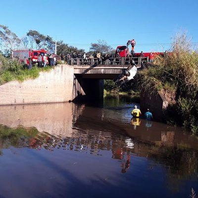 Automóvil cae a arroyo en Paraguarí: dos muertos y dos desaparecidos