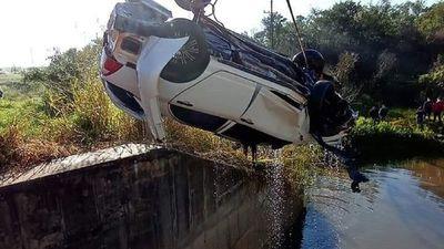 Vehículo cae al arroyo y fallecen tres personas en Paraguarí