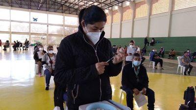 Vacunatorio de San Lorenzo cerró a las 15:00 y dejó a mucha gente sin inmunizar