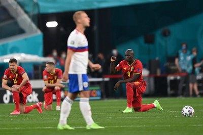Los belgas ponen rodilla en el césped y el público de San Petersburgo abuchea