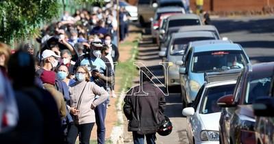 La Nación / Vacunatorios cierran con filas de cientos de personas esperando por su dosis